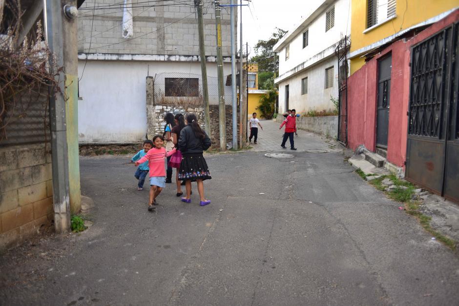 Niños juegan tranquilamente en la entrada al barrio de Los Patios que se ubica en la corona del cerro derrumbado.  (Foto: Jesús Alfonso/Soy502)