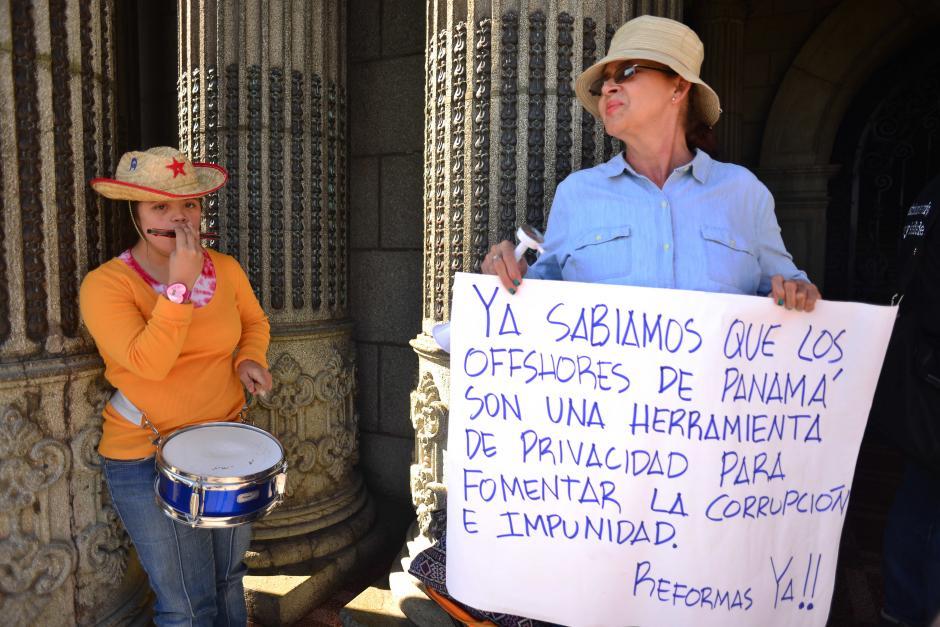 Un sábado más los guatemaltecos indignados acudieron a las puertas del Palacio Nacional. (Foto: Jesús Alfonso/Soy502)