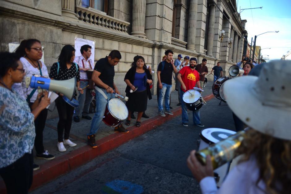 Frente al Congreso, otro grupo protestó a ritmo de batucada. (Foto: Jesús Alfonso/Soy502)