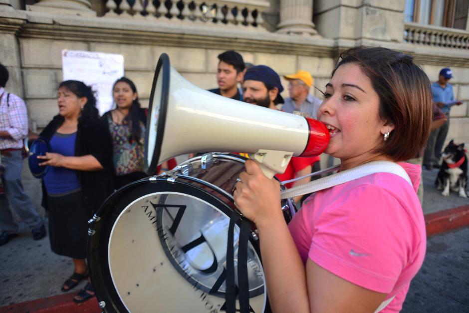 Entre sus consignas, la batucada pedía mayor atención a la crisis sanitaria. (Foto: Jesús Alfonso/Soy502)