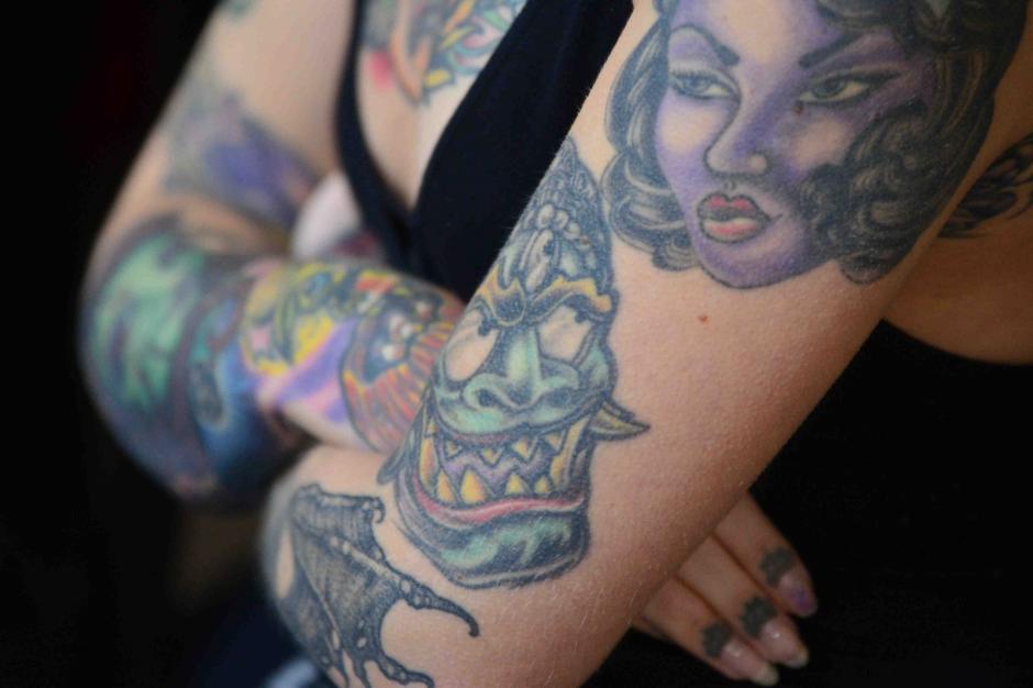 Ambas invitadas lucen con orgullo sus tatuajes. (Foto: Jesús Alfonso/Soy502)