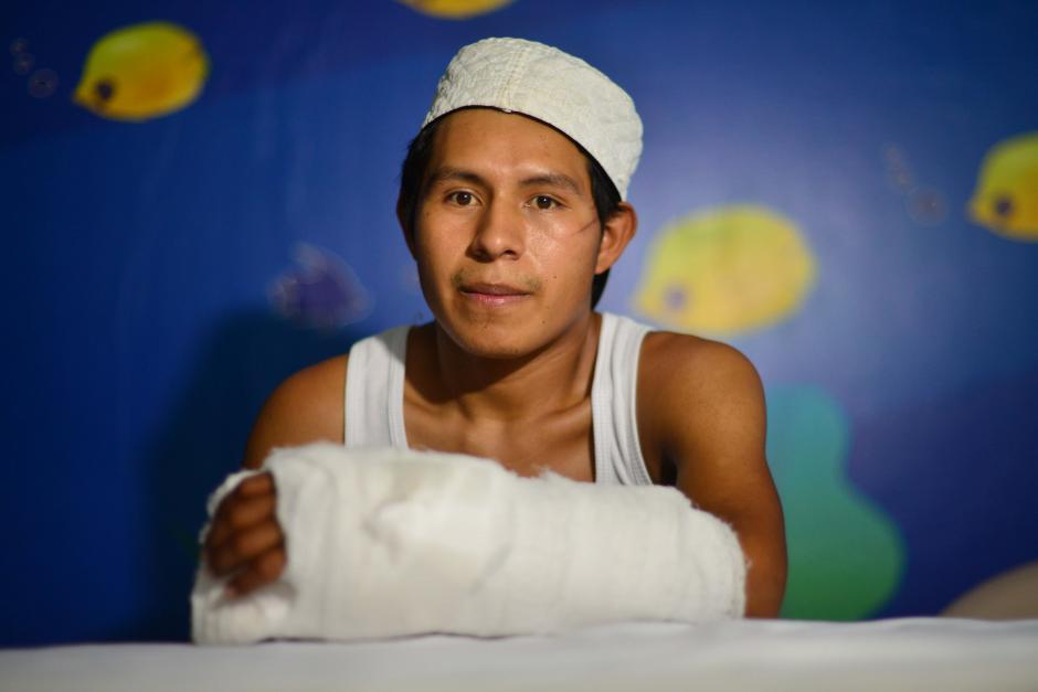 Los doctores Fernando Romero y Juan Carlos González le dieron una segunda oportunidad a Víctor Chitay de 23 años. (Foto: Jesús Alfonso/Soy502)