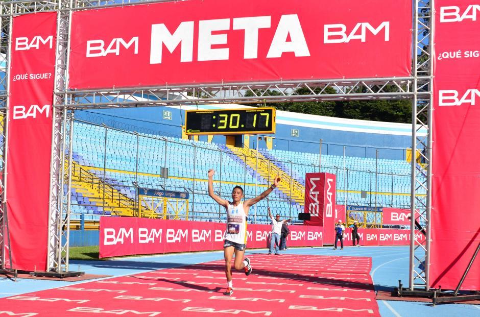 Mario Pacay fue el primero en cruzar la meta de la edición 58 de la Carrera de San Silvestre en la rama masculina. (Foto: Jesús Alfonso/Soy502)
