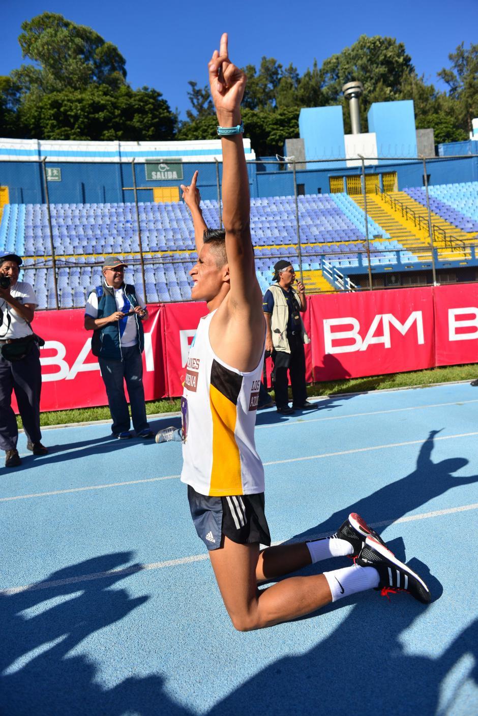 Mario Pacay celebra de esta forma luego de cruzar la meta. (Foto: Jesús Alfonso/Soy502)