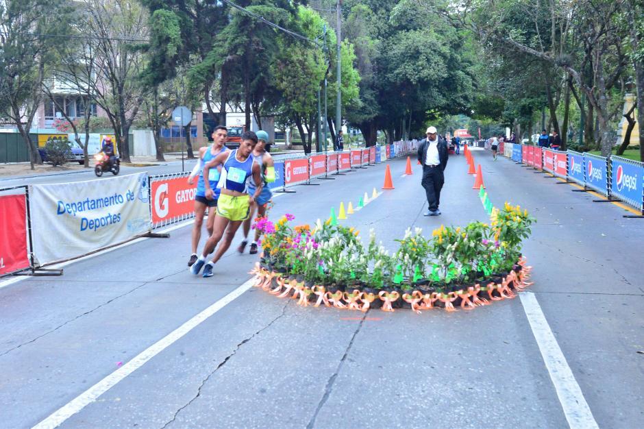 """El circuito era de un kilómetro; en los retornos hubo arreglos florales para hacer """"vistoso"""" el recorrido. (Foto: Jesús Alfonso/Soy502)"""