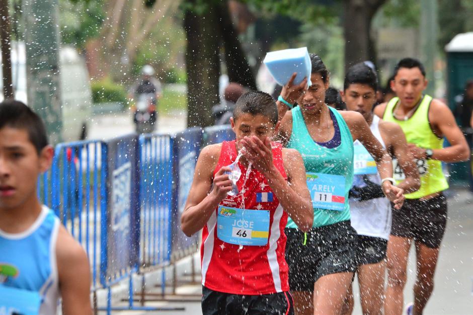 """A pesar de las bajas temperaturas (unos 12 grados centígrados) los marchistas necesitaron """"refrescarse"""" tras el esfuerzo físico de la competencia. (Foto: Jesús Alfonso/Soy502)"""
