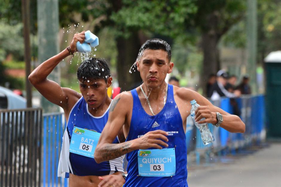 Ángel Batz y Jaime Quiyuch captados en el momento de la hidratación. (Foto: Jesús Alfonso/Soy502)