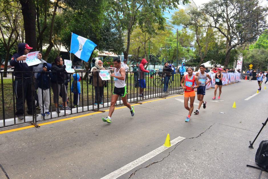 Banderas de Guatemala ondearon durante la competencia en el circuito de la Avenida Reforma, en la zona 9.  (Foto: Jesús Alfonso/Soy502)