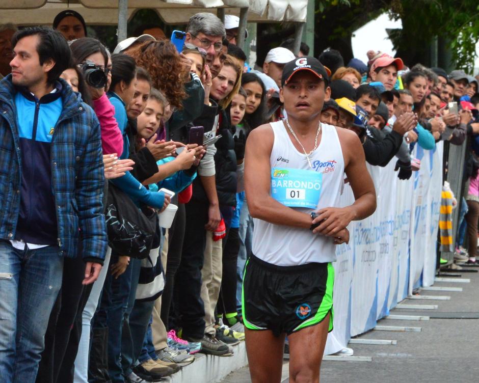 Así ingresó a la meta Erick Barrondo, al fondo, observado por algunos dirigentes deportivos y espectadores. (Foto: Jesús Alfonso/Soy502)