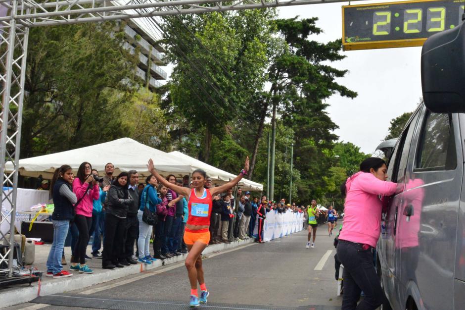 Mirna Ortiz, la cumpleañera del día, levantó los brazo a la hora de ingresar a la meta. (Foto: Jesús Alfonso/Soy502)
