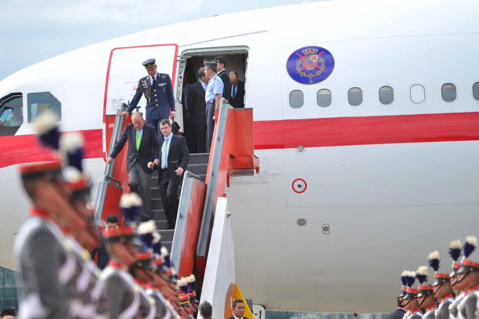 Juan Carlos I necesitó ayuda para poder descender las gradas del avión. (Foto: Jesús Alfonso/Soy502)
