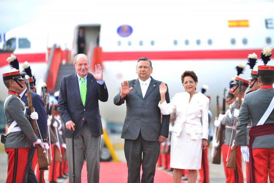El vicepresidente Fuentes Soria, junto a su espasa, fue el encargado de recibir al exmonarca español. (Foto: Jesús Alfonso/Soy502)