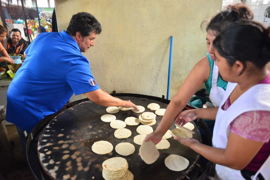 Don Ottoniel atiende él mismo su puesto de tortillas. (Foto: Jesús Alfonso/Soy502)