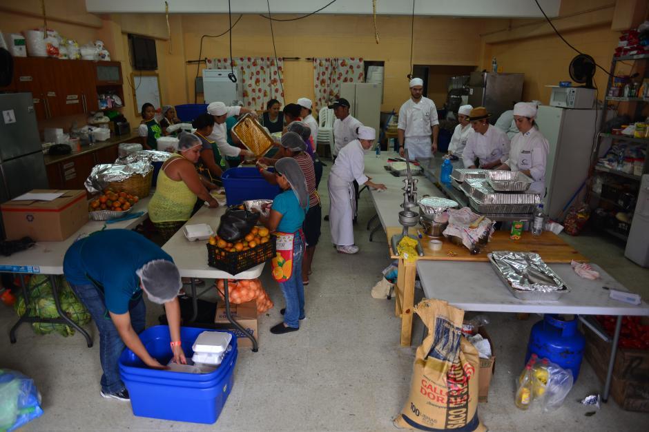 Las mujeres del albergue ayudan en las labores de cocina y de higiene por turnos desde la última semana.(Foto: Jesús Alfonso/Soy502)