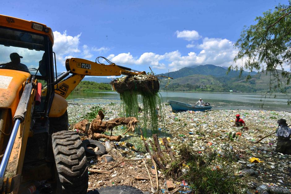 Una retroexcavadora trabaja ocho horas al día sacando la basura. (Foto: Jesús Alfonso/Soy502)
