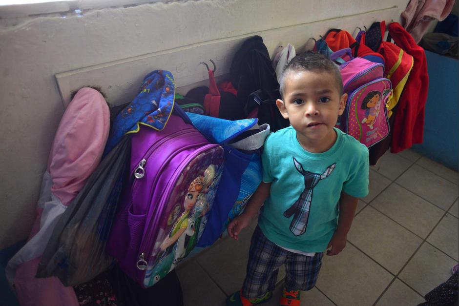 La doble función de la maestra la hace desatender a los niños. (Foto: Jesús Alfonso/Soy502)
