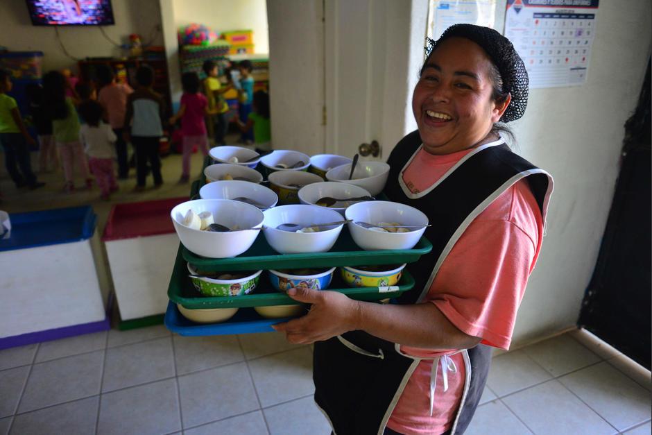 Por ello recibe la ayuda de cuatro madres voluntarias que cuidan a los más pequeños. (Foto: Jesús Alfonso/Soy502)