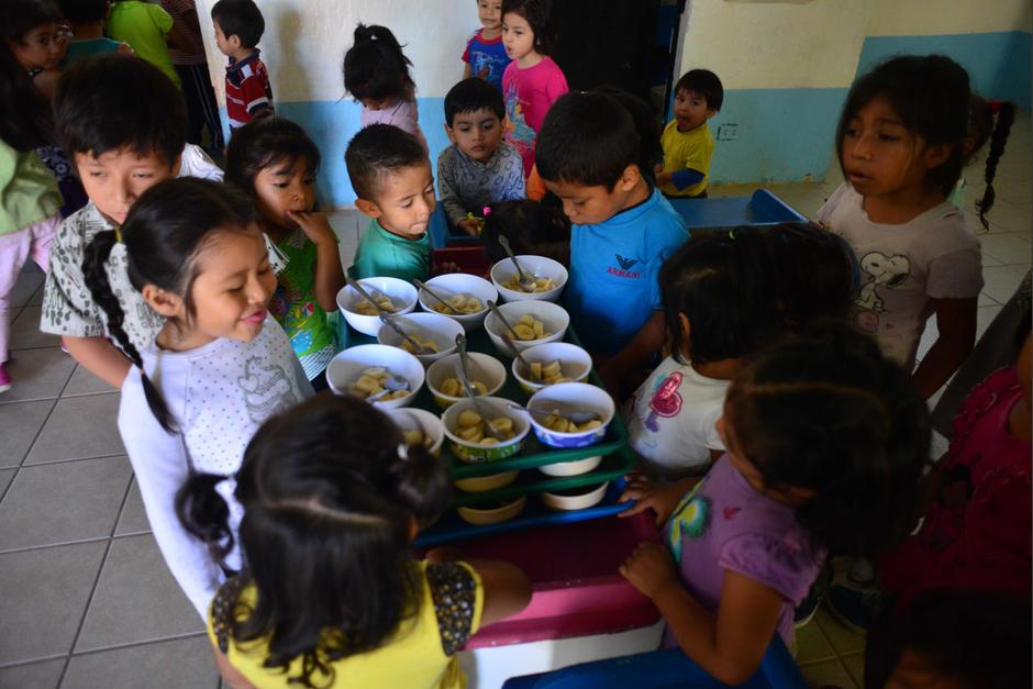 Las madres voluntarias son las encargadas de dar los alimentos a los pequeños. (Foto: Jesús Alfonso/Soy502)