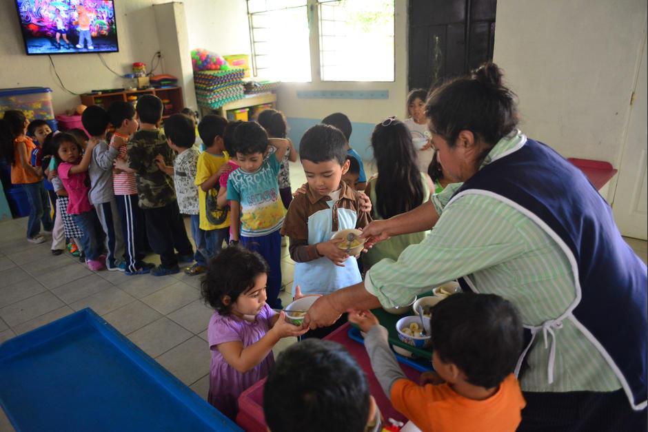 La maestra y las cuatro cuidadoras permanecen en la escuela más de 12 horas. (Foto: Jesús Alfonso/Soy502)