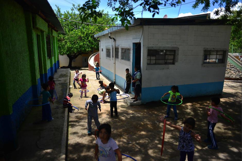 La televisión y todo el mobiliario de la escuela fue donado por una fundación y el techo de las aulas por la Municipalidad de Guatemala (Foto: Jesús Alfonso/Soy502)