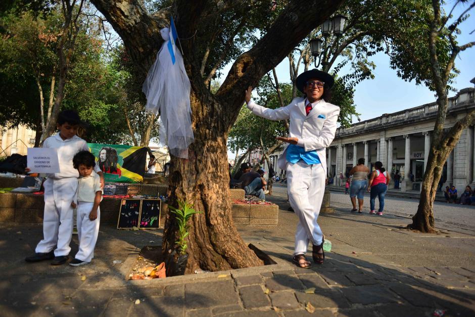 Richard Torres un artista proveniente del Amazonas Peruano se casó con un árbol en la Plaza de la Constitución. (Foto: Jesús Alfonso/Soy502)