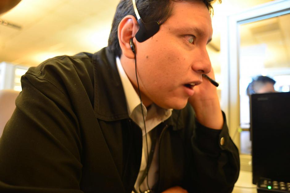 Josué Aguilar es un agente de televentas no vidente. (Foto: Jesús Alfonso/Soy502)