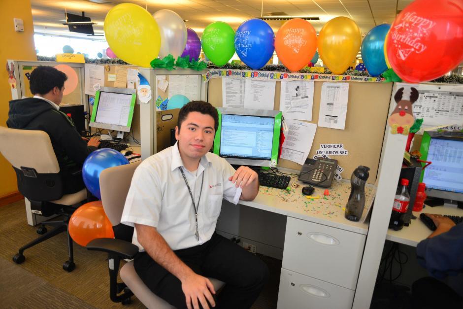 Gabriel Ramírez, tiene una discapacidad auditiva y atiende el Web Chat. (Foto: Jesús Alfonso/Soy502)