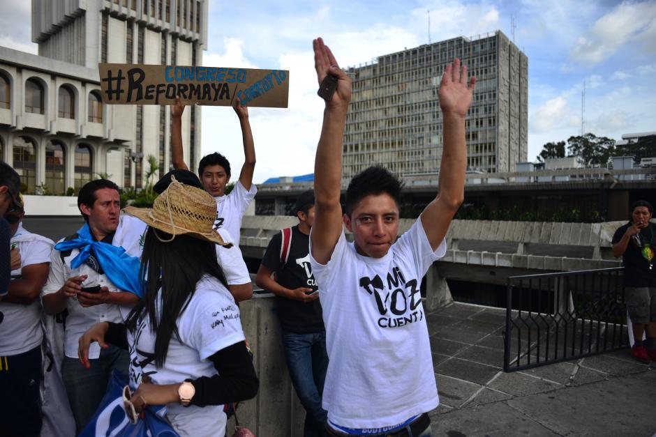 En total, 10 caminantes salieron de Sumpango pero varios simpatizantes se les fueron sumando por el camino.(Foto: Jesús Alfonso/Soy502)