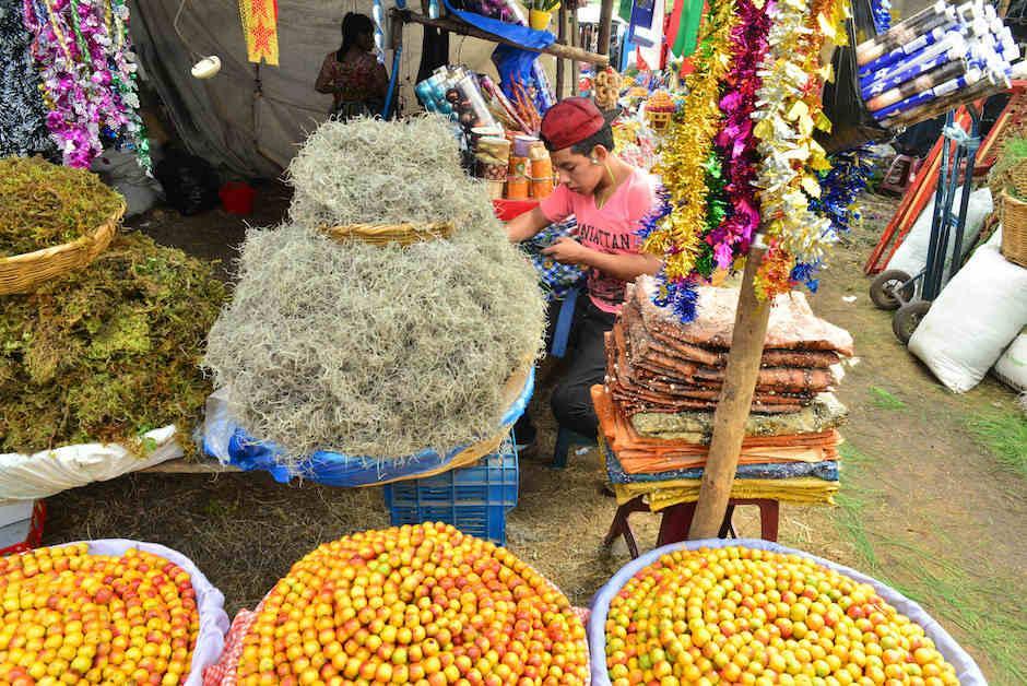 En el lugar también tienen a la venta musgo y manzanilla. (Foto: Jesús Alfonso/Soy502)
