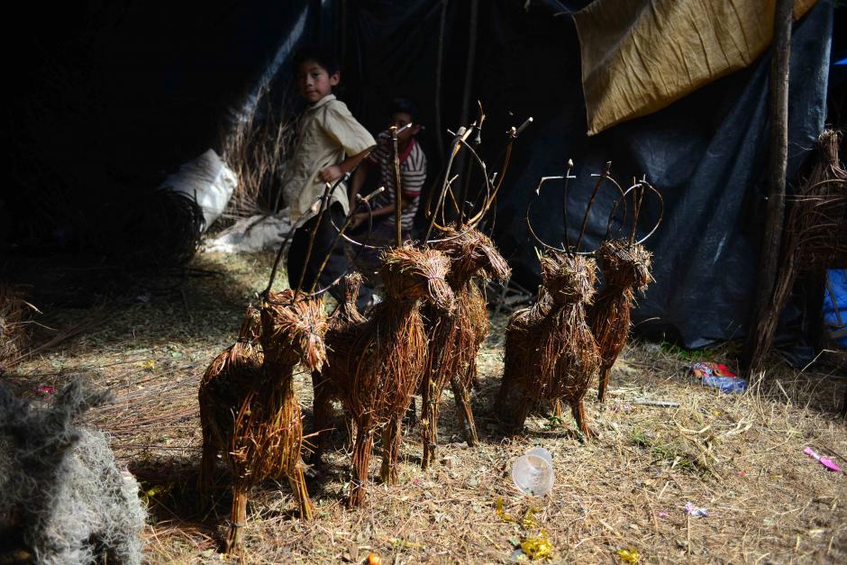 Los renos elaborados de pino y ramas son populares en el mercado. (Foto: Jesús Alfonso/Soy502)