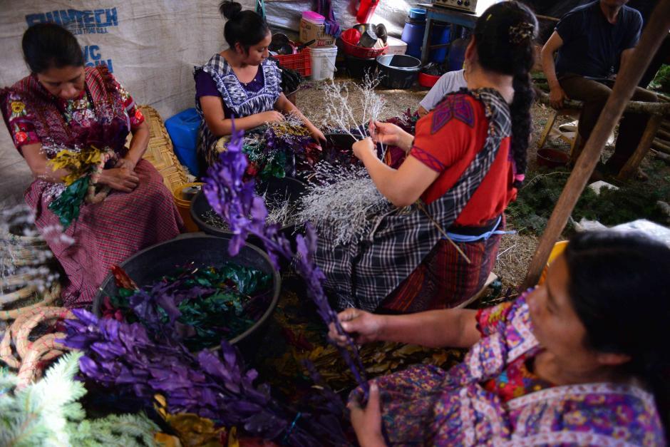 Un grupo de mujeres trabaja en la elaboración de coronas. (Foto: Jesús Alfonso/Soy502)
