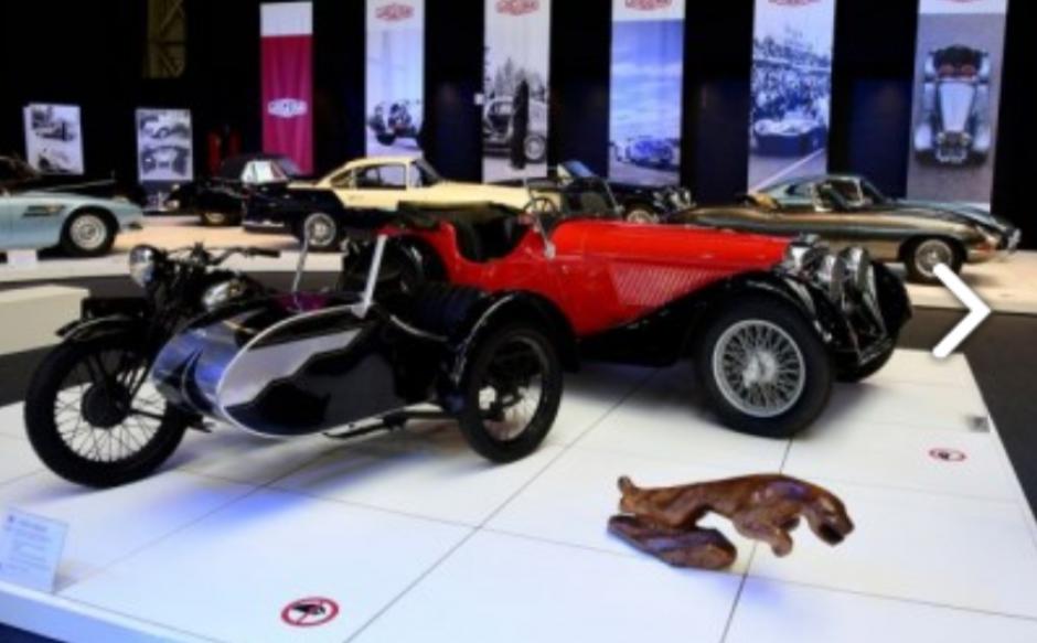 La exposición, que ocupa el primer piso del museo, cuenta con unos 45 carros Jaguar.