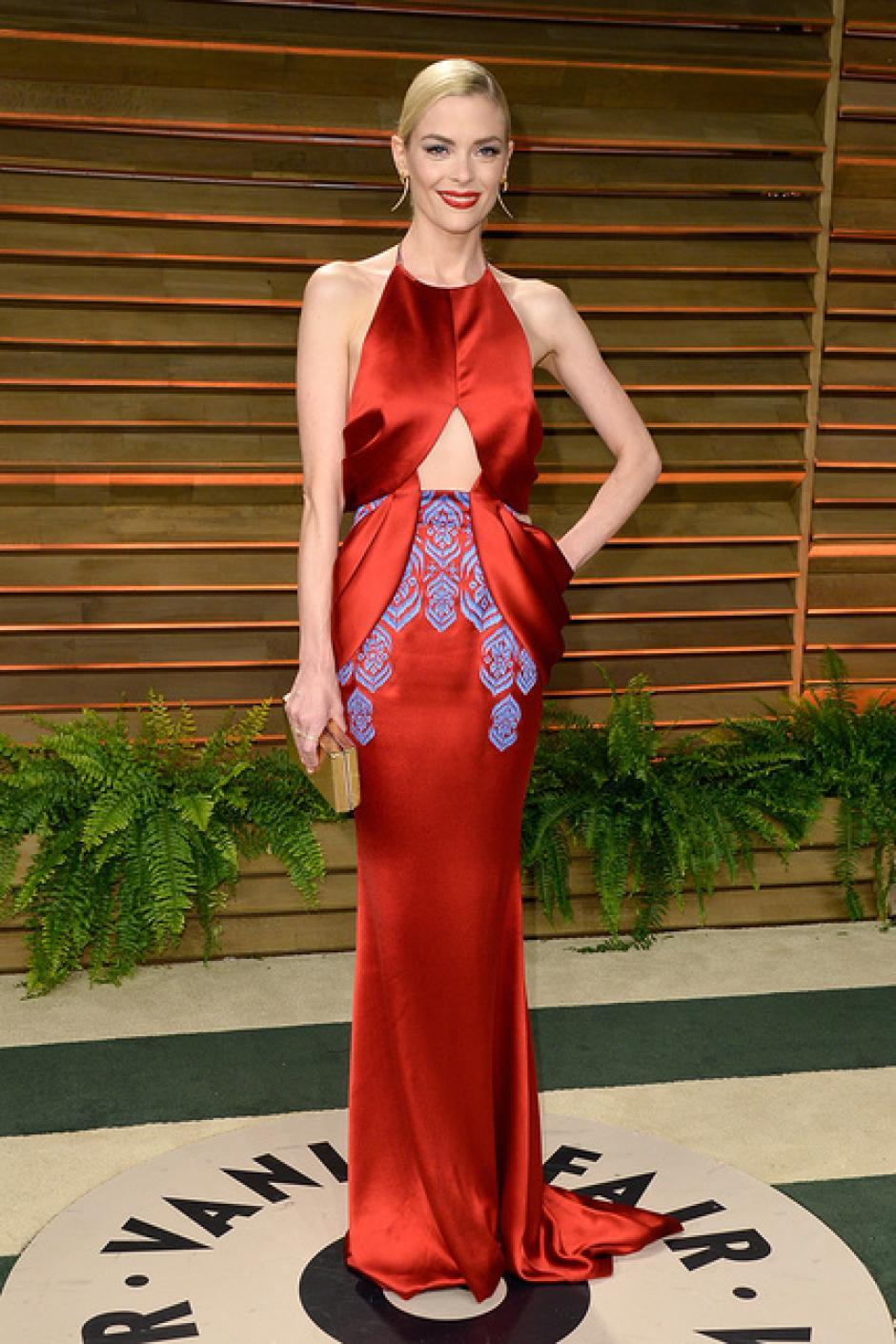 Jaime King usó un sorprendente vestido de seda rojo, con aplicaciones celestes de Ulyana Sergeenko. (Foto: SModa)
