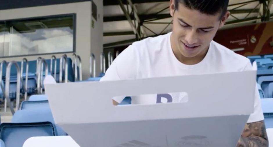 """James le envía una de las nuevas camisetas a """"Chava"""" Iglesias. (Foto: sopitas.com)"""