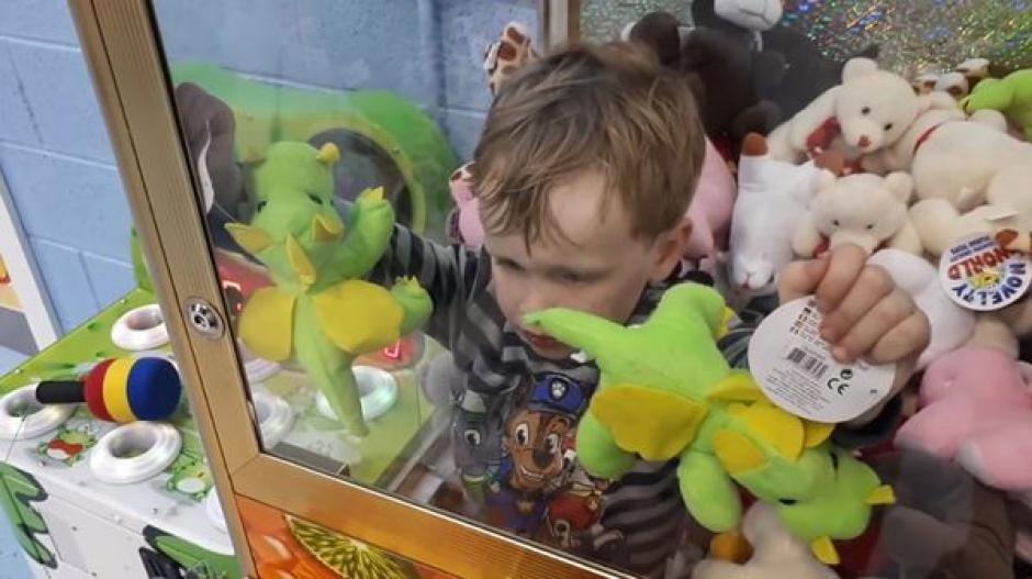 El pequeño Jamie quedó atrapado dentro de la máquina de juegos. (Foto: Infobae)