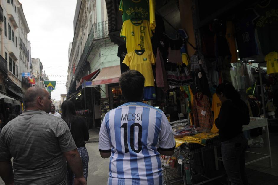 Un Messi en Brasil. En una de las calles principales de Río destacó este joven con su camisa del 10 de Argentina. (Foto: Pedro Pablo Mijangos/Soy502)
