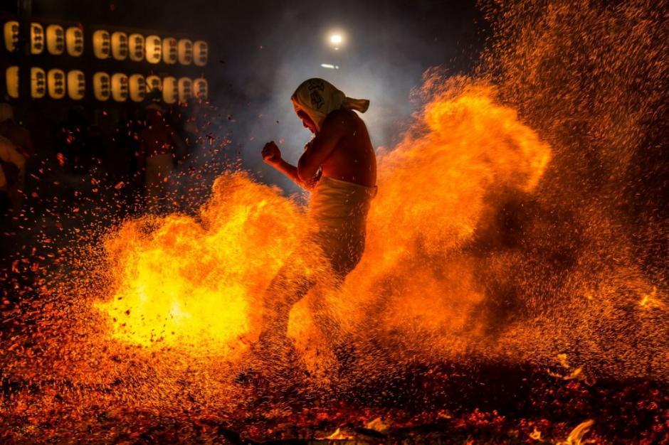 """Un hombre camina sobre brasas durante el festival del fuego conocido como """"Yassai-Hossai"""" en Japón. (Foto: Hidetoshi Ogata/National Geographic)"""
