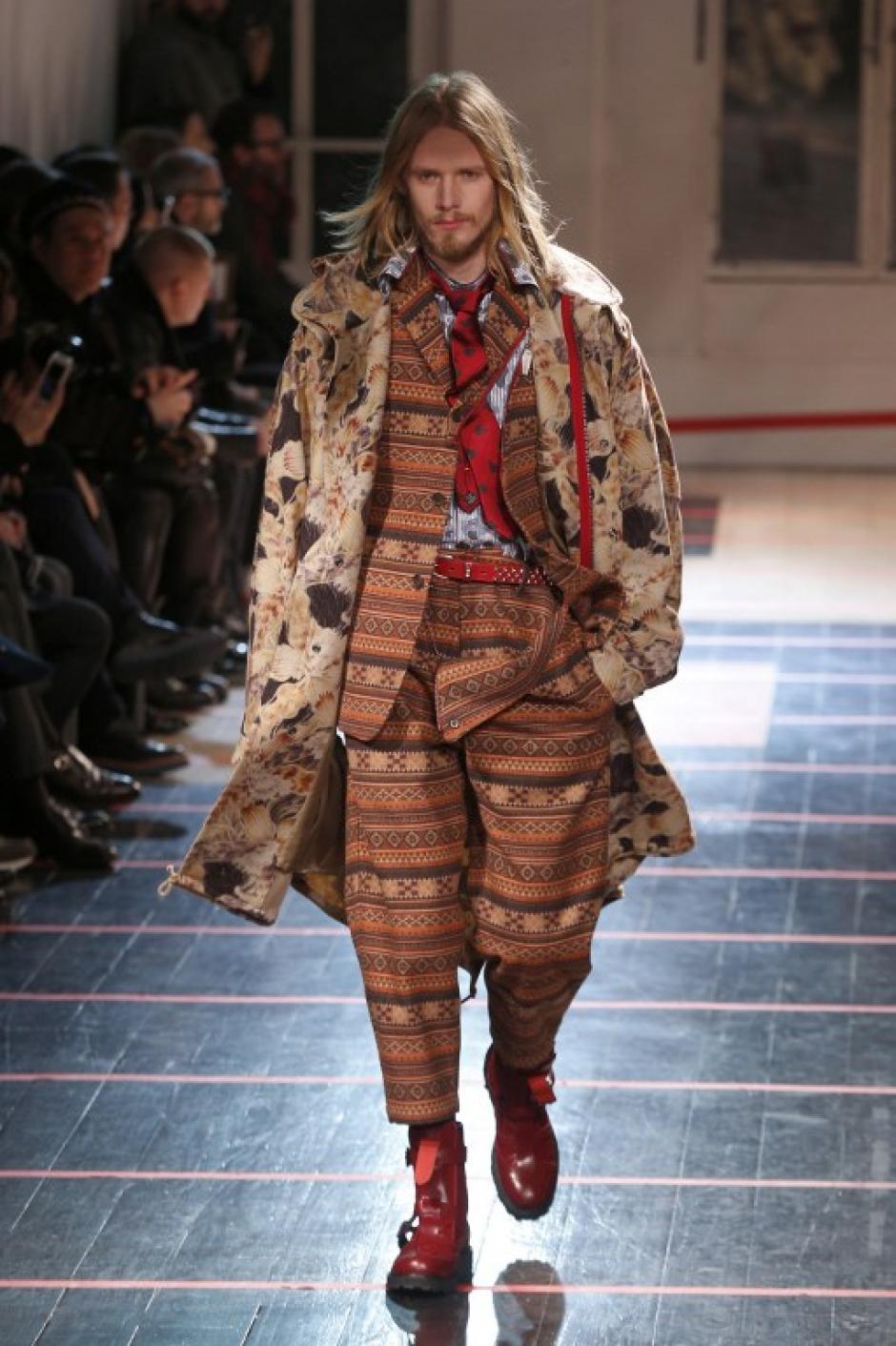 En la Semana de la Moda en París también se presentaron diseñadores asiáticos como Yohji Yamamoto que presentaron diseños mucho más vanguardistas.