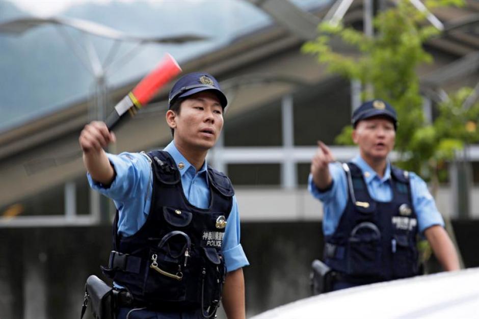 Agentes de policía nipones dirigen la circulación en una carretera junto a la residencia de discapacitadosde Sagamihara, en Japón. (Foto: EFE)