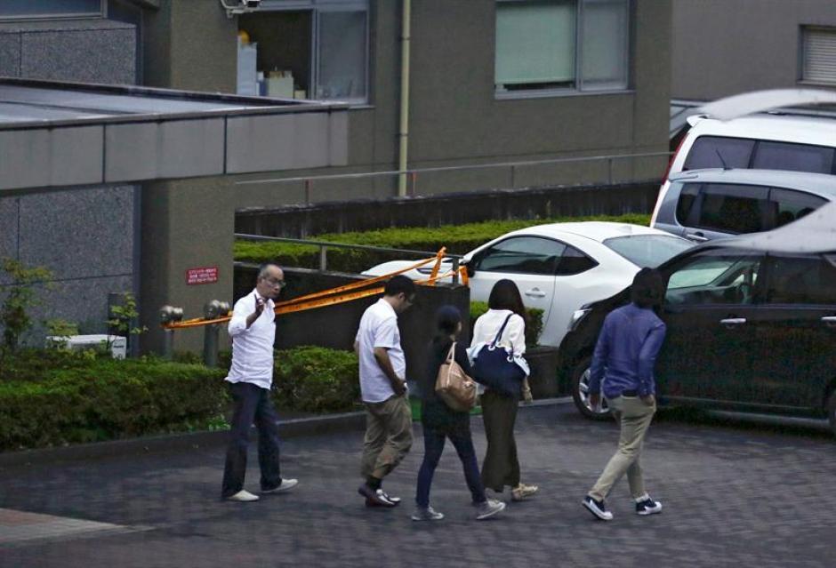 Familiares y allegados de los pacientes de una residencia de discapacitados, abandonan el centro en Sagamihara. (Foto: EFE)