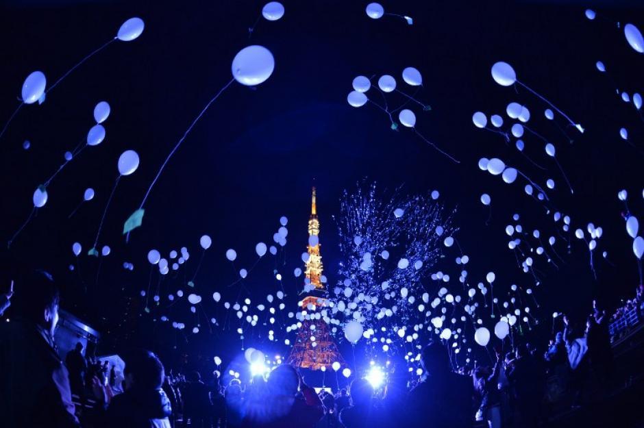 Japón le dio la bienvenida al 2016 con cientos de miles de globos. (Foto: AFP)