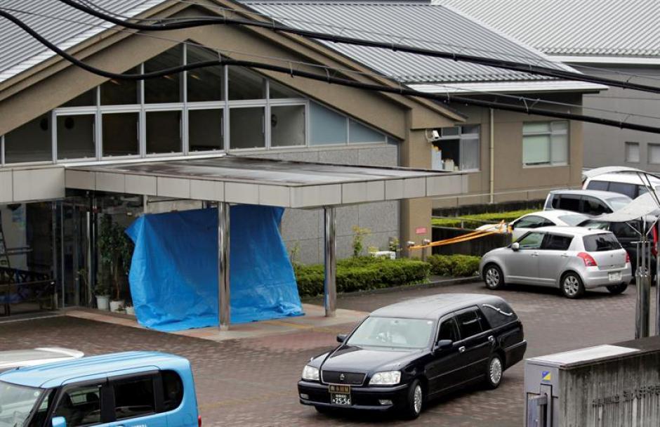 Un coche fúnebre abandona la residencia de discapacitados psíquicos de Sagamihara, en Japón. (Foto: EFE)