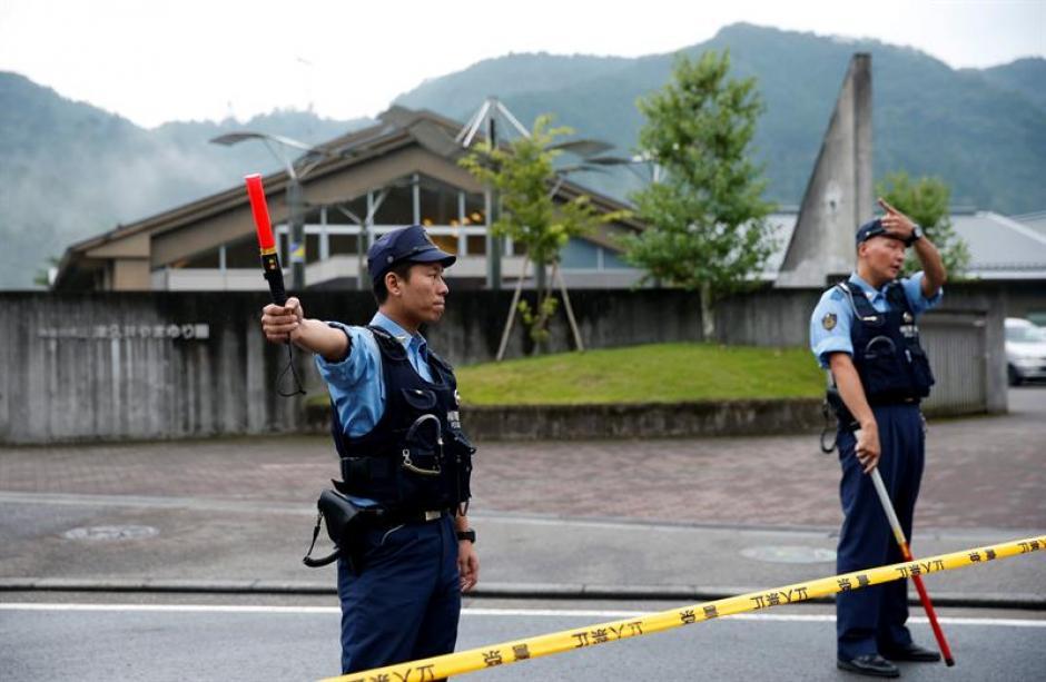 Policías desvían los vehículos tras el cordón policial montado en los alrededores de la masacre. (Foto: EFE)