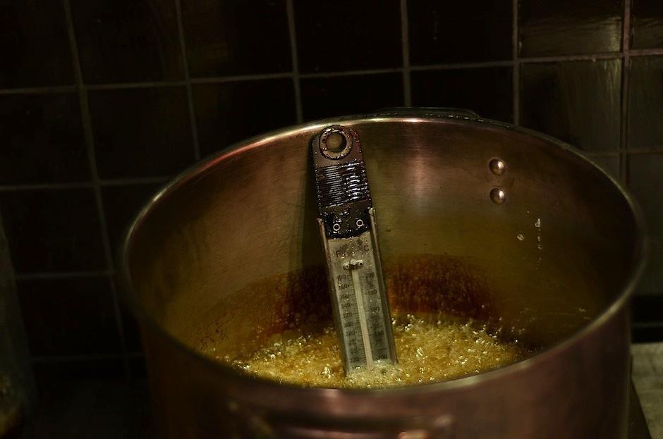 El caramelo utilizado debe tener la temperatura perfecta para ser moldeado. (Foto: Selene Mejía/Soy502)