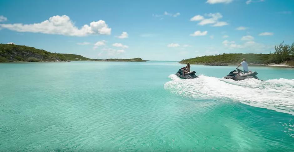 La pareja elaboró un video de sus vacaciones de verano de 2015. (Captura de pantalla: Jay Alvarrez/Instagram)