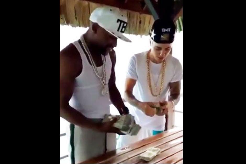 Justin Bieber y Floyd Mayweather presumen su fortuna en redes sociales.