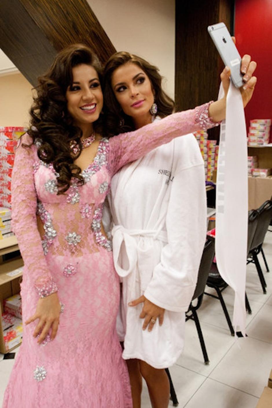 Jeimmy aprovecha para tomarse fotografías con sus compañeras. (Foto: Miss Universe)