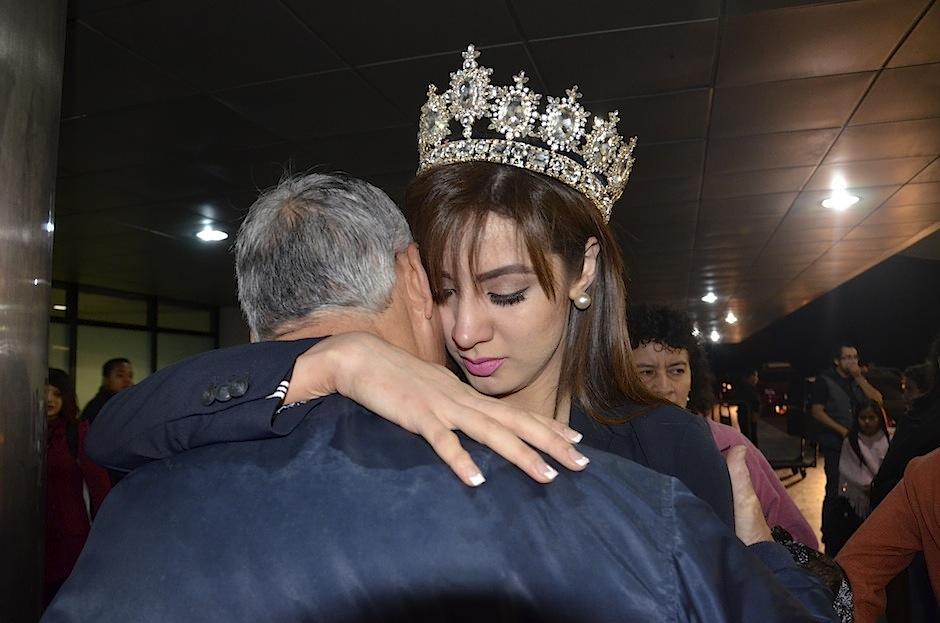 La representante de nuestra belleza tuvo una emotiva despedida con su familia, antes de partir. (Foto: Selene Mejía/Soy502)
