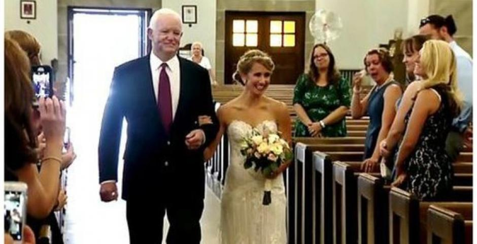 El hombre al que hace ya una década le trasplantaron el corazón de su padre, Arthur Thomas, condujo a Jeni Stepien al altar. (Foto: ABC/YouTube)