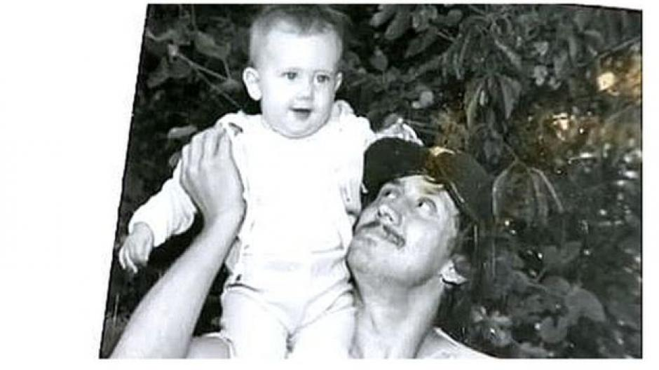 A Michael Stepien lo mataron en 2006 a los 53 años. En la imagen, con su hija Jeni Stepien en brazos. (Foto: ABC/YouTube)